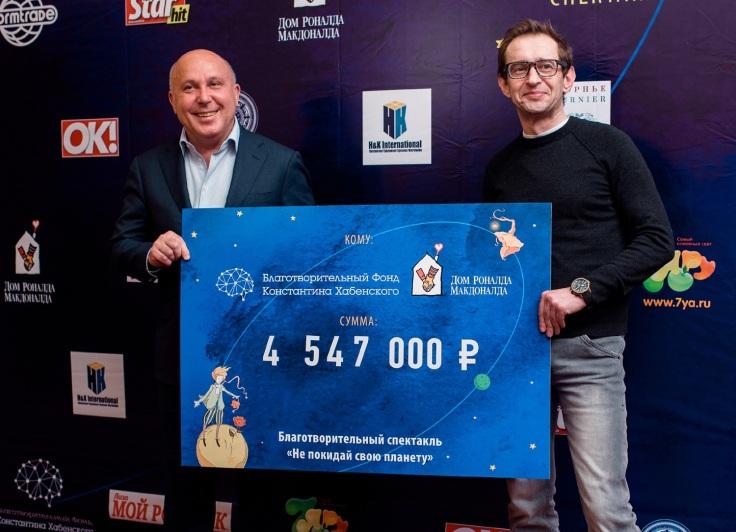 Хамзат Хасбулатов и Константин Хабенский с символическим чеком